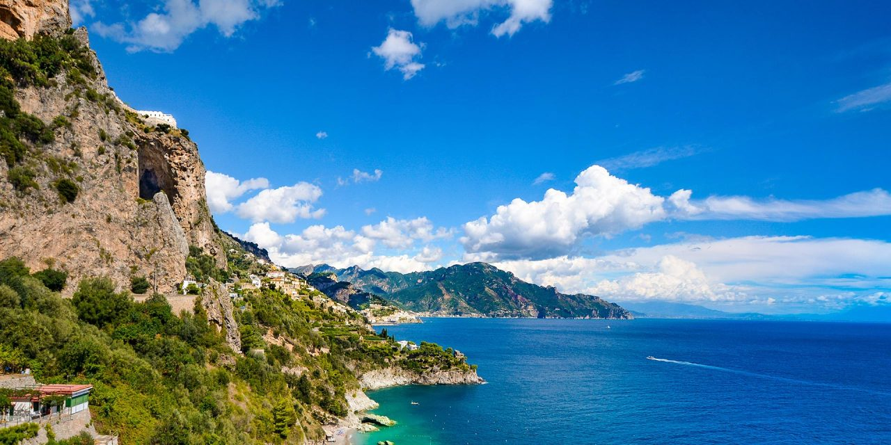 https://www.viaggialo.com/wp-content/uploads/2020/08/Costiera-Amalfitana-Amalfi-002-1280x640.jpg