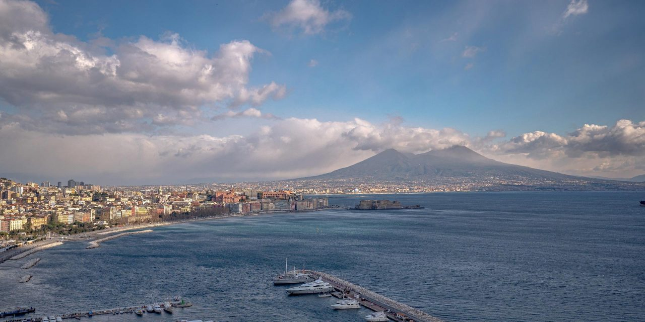 https://www.viaggialo.com/wp-content/uploads/2020/08/Napoli-1280x640.jpg
